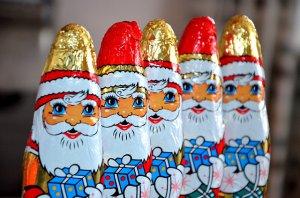 Schoko Weihnachtsmann mit goldener und roter Mütze