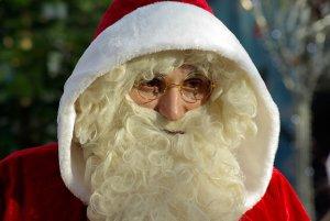 Mann mit Weihnachtsmann Bart und roter Kaputze