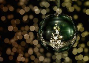 Eine Weihnachtskugel am Christbaum hängend