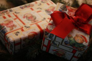 Geschenkpapier für Weihnachtsgeschenke: hier sind zwei im Bild