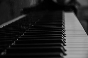 Weihnachtsmusik auf einem Piano gespielt