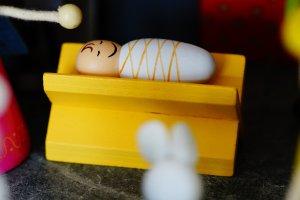 Die Weihnachtsgeschichte für Kinder - Ein gelbes Spielzeug auf einem Tisch - Weihnachtskrippe