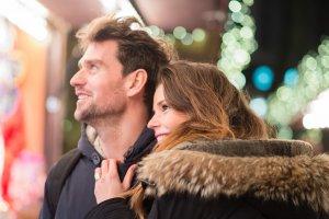 Wo sind Weihnachtsmärkte in NRW? - Eine Person, die auf einem Handy spricht - Romantik