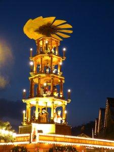 Schöne Weihnachtspyramiden als Dekoration für Tisch und Fenster - Eine Nahaufnahme von einem gelben Gebäude - Weihnachten