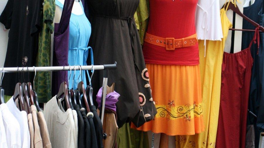 Schöne Kleider für die Weihnachtsfeiertage - Eine Gruppe von Schuhen an der Wand hängen - Kleidung